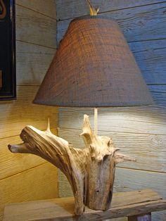 lampe de chevet à abat-jour en toile de jute et base en bois flotté