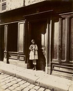 Atget-Paris-Versailles-Maison-Close-Petit-Place-Mars-1921