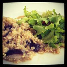 Risoto de Quinoa com Shitake e Limão siciliano Ingredientes 1/2 cebola pequena cortada em cubinhos 1 colher (sopa) de manteiga clarificada, óleo de coco ou, ainda, azeite de oliva 1 xicara (chá) de vinho branco seco 2 xícaras (chá) de shitake picado e sem os talos 1 xícara (chá) de quinoa em grãos 1 limão siciliano: raspas e suco 1/2 xícara de água, aproximadamente sal