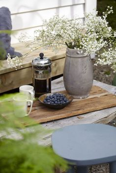 Ideas and inspiration Swedish Cottage, Summer Cabins, Wood Plank Flooring, Deco Blue, Scandinavian Living, Vintage Chairs, Open Plan Living, Rustic Barn, House Styles