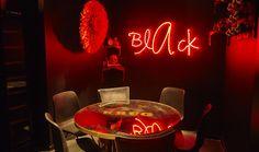 El secreto de #Black reside en combinar la carta de #LaRoyale con cócteles de autor, los mejores Vodka Tonic y una gran selección de Champagne en un ambiente que te transporta a los selectos clubes privados de Manhattan. #BlackStyle #Barcelona #PacoPérez #HamburguesasDeAutor