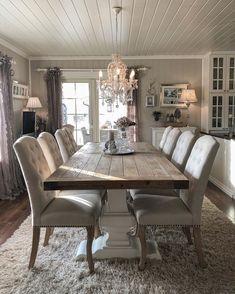 """Åsne Marie 🇳🇴 on Instagram: """"God kveld i stua 🕯 .. Her blir det nye gardiner og gardinstenger i løpet av våren! Men jeg sliter skikkelig med å velge farge. Jeg vil ha…"""" Dining Table, Rustic, Kitchen, Furniture, Home Decor, Country Primitive, Cooking, Decoration Home, Room Decor"""