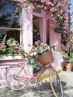 Pretty pink shop front with climbing roses and vintage bicycle with basket of flowers. Pretty In Pink, Beautiful Flowers, Beautiful Places, Deco Floral, Jolie Photo, Everything Pink, Pink Aesthetic, Pretty Pictures, Flower Power