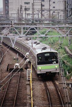 Japan, train entering station Teaching In Japan, Japan Train, Train Light, Commuter Train, High Speed Rail, Rapid Transit, Bonde, Double Deck, Light Rail