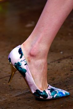Beautiful shoes Pointy always looks better on us Curvy Girls.  #Peter Som Spring 2013 Rtw Collection #Shoes #Details