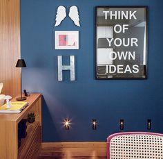 A parede azul ganhou jovialidade com o pôster com a frase motivacional. Perfeito para a república decorada pela arquiteta Milena Aguiar