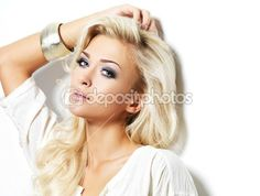 Beautiful blond woman with long curly hair and style makeup. — Foto Stock