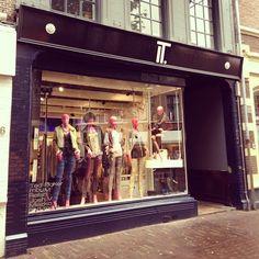 Deze week hebben we Haarlem afgezocht, en zijn we beland bij IT. (Gedempte Oude Gracht 91 en Barteljorisstraat 4). Met merken zoals Supertrash en Ted Baker onderscheidt IT. zich van de mainstream kledingwinkels! Ga eens langs, want We Love IT.