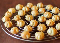 Bethmännchen sind eine hessische Plätzchenspezialität, besonders für Marzipanliebhaber die perfekte vorweihnachtliche Süßigkeit.