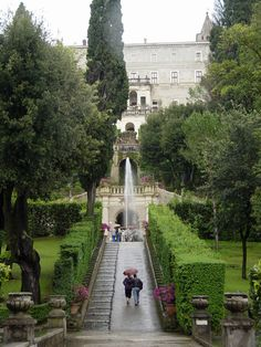 Picture - Walkway at Villa d'Este at Tivoli. | PlanetWare