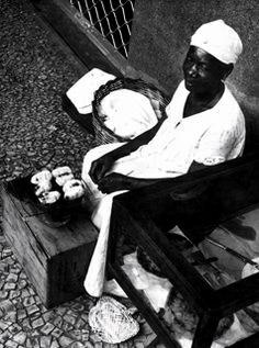 Baiana vendendo seus quitutes Baiana vendendo seus quitutes numa rua da cidade, costume que não se vê mais  Rio de Janeiro, 20 de janeiro de 1960. Correio da Manhã