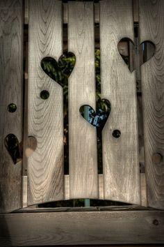 Gartenzaun mit Löcher in Form eines Herzens Mehr