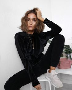 Living in velvet and this oversized All Black Fashion, Dope Fashion, Autumn Fashion, Chic Outfits, Fashion Outfits, Lace Up Skirt, Monochrom, Street Style Looks, Casual Chic