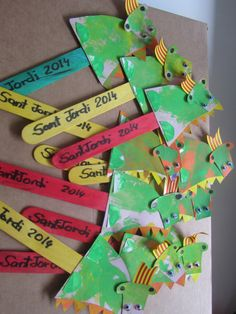 Dracs de Sant Jordi Creative Crafts, Diy And Crafts, Arts And Crafts, Castle Crafts, St Georges Day, Chinese New Year, Book Club Books, Projects For Kids, St Patricks Day