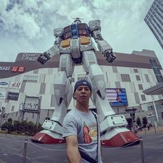 Anybody use to watch #Gundam? This piece was super impressive, it could have almost been real || #tokyo #japan #travel #anime