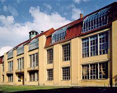 Bauhaus (1904-1911) Weimar Architecte : Henry Van de Velde. Van de Velde fonde et dirige l'Institut des arts décoratifs et industriels de Weimar de 1901 à 1914. À sa démission à l'orée de la première guerre mondiale pour cause de nationalité belge, il recommande comme successeur Walter Gropius lequel transforme l'institut qui devient, en 1919, le Staatliches Bauhaus.