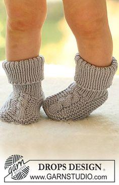"""DROPS sokker med flette oppå foten i """"Merino extra fine""""."""