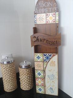 Porta espeto com desenho imitando azulejo português. Ótimo para decorar e organizar a área da churrasqueira. <br> <br>Obs: o valor a ser pago é o PRODUTO + FRETE.