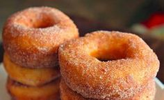 These easy homemade donuts made with simple store bought ingredients are great for breakfast at camp or at home. I Love Food, Good Food, Yummy Food, Delicious Donuts, Delicious Recipes, Donut Recipes, Cooking Recipes, Menu Brunch, Biscuit Donuts