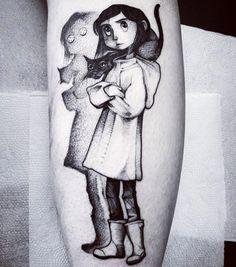 Awesome black and grey cartoon tattoo style of Coraline motive done by tattoo artist Felipe Kross Coraline Tattoo, Coraline Art, Coraline Jones, Body Art Tattoos, New Tattoos, Cool Tattoos, Tatoos, Cute Funny Cartoons, Cartoon Tattoos