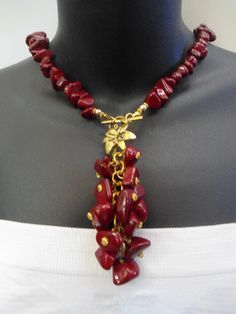 Dangles is too much but the colours are superb with gold ~~ Collares medianos - Collar Nacar - hecho a mano por daniellaccesorios en DaWanda Bead Jewellery, Wire Jewelry, Jewelry Crafts, Gemstone Jewelry, Beaded Jewelry, Jewelery, Jewelry Necklaces, Diy Necklace, Necklace Designs
