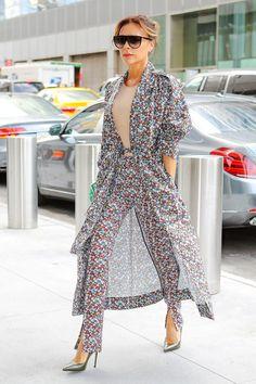 Victoria Beckham wears a Victoria Beckham Lightweight Floral Trench Coat and Victoria Beckham Floral Print Trousers. Mode Victoria Beckham, Victoria Beckham Outfits, Victoria Beckham Fashion, Star Fashion, Look Fashion, Womens Fashion, Modest Fashion, Fashion Outfits, Fashion Trends