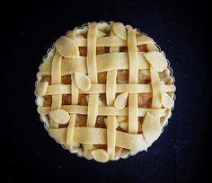A recipe for this pie with stewed apples is now available. Link in my bio. Enjoy! / Przepis na ciasto z duszonymi jabłkami już jest dostępny. Link w bio. Smacznego! #apple #applepie #jabłko #ciastozjabłkami #cinnamon #cynamon #ilovebaking #kochampiec #vanilla #wanilia #pie #ciasto #recipe #przepis #baking #pieczemy #homemade #homemadetastesbetter #autumn #jesień #sweet #słodko #dessert #deser