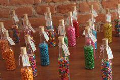 botellas rellenas de dulces coloridos