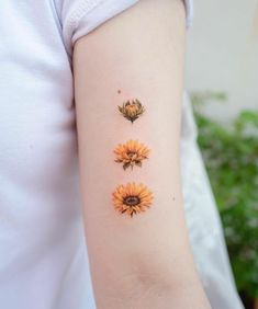 Are you looking for beautiful flower tattoos? So stay here for a few minutes to see these impressive flower tattoo designs. Dainty Tattoos, Mini Tattoos, New Tattoos, Body Art Tattoos, Small Tattoos, Cool Tattoos, Tattoo Art, Tatoos, Back Tattoos