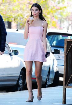 Emily Ratajkowski's edgy off-duty personal style of hers blends so well with her intense eyes and allure nature. Here are 10 outfit inspirations from Emily Ratajkowski for your next date. Emily Ratajkowski Style, Emily Ratajkowski Fashion, Cute Dresses, Cute Outfits, Summer Dresses, Look Street Style, Mode Chic, Celebrity Look, Mode Inspiration