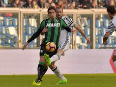 """Sassuolo's forward from Italy Alessandro Matri (Front) fights for the ball with Juventus' defender from Italy Giorgio Chiellini during the Italian Serie A football match Sassuolo vs Juventus at """"Mapei Stadium"""" in Reggio Emilia on January 29, 2017.   / AFP / GIUSEPPE CACACE"""