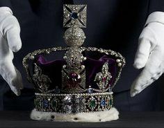 créée en 1937 par le joaillier de la cour Garrard & Co, à la demande du Roi Georges VI, sur le modèle de la couronne de Saint-Edouard, elle comprend de nombreuses pierres précieuses et perles, dont le saphir de St-Edouard, le ruby du Prince Noir (en fait une spinelle), le fameux diamant Cullinan II (317,4carats), le saphir Stuart de 104 carats et des perles de la Reine Elizabeth.  Plus sur la spinelle, c'est ici