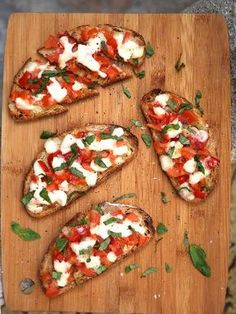 Bruschetta with mozzarella - italian recipes Vegetarian Recipes, Cooking Recipes, Healthy Recipes, Salad Recipes, Bruchetta, Tomate Mozzarella, Salty Foods, Tostadas, Italian Recipes