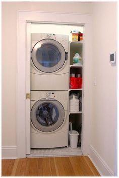 Buanderie dans un placard avec porte coulissante http://www.homelisty.com/integrer-lave-linge-deco/