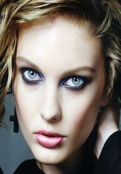 Eye Makeup Looks Blue Eyes Stunning . Love this makeup brushes gift set. Pearl handles and white leather vanity case. Elegant present makeup brush set. 80s Makeup Looks, Cute Eye Makeup, Dramatic Eye Makeup, Eye Makeup Tips, Makeup For Brown Eyes, Makeup Ideas, Mascara, Eyeliner, Eyeshadow