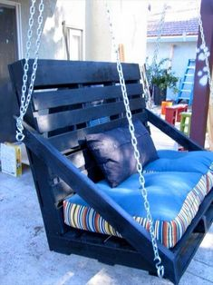 Outdoor Pallet Projects Pallet Swing Bench - You can hang a pallet porch swing from the ceiling and enjoy a quite morning coffee. Dangle a pallet swing bench from a sturdy tree in the yard so the kids can Pallet Crafts, Diy Pallet Projects, Home Projects, Pallet Ideas, Pallet Designs, Porch Swing Pallet, Outdoor Pallet, Pallet Swings, Porch Swings