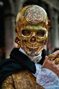 Carnevale di Venezia 2013 skull mask for masquerade Costume The Mask, Alternative Kunst, Costume Carnaval, Costume Venitien, Arte Tribal, Venetian Masks, Venetian Masquerade, Venetian Costumes, Lace Mask