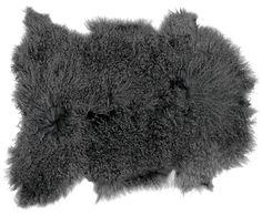 Was wäre die kalte Jahreszeit ohne kuschelige Felle? Eben! Ob als weicher Bodenschmuck oder als Überwurf für den Lieblingsstuhl, mit dem tibetischen Lammfell ELLA von by46 liegen Sie in der kühlen Herbst- und Winterzeit genau richtig.
