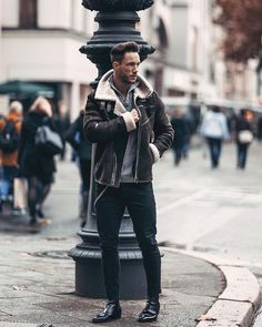 Winter Outfits For Men Who Add Confidence 10 Men Looks, Casual Winter Outfits, Men Casual, Leather Jacket Outfits, Winter Mode, Mens Style Guide, Shearling Jacket, Street Style, Winter Looks