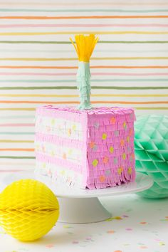 Una simpática piñata para una fiesta de cumpleaños! De Studio DIY / A fun piñata for a birthday party! From Studio DIY