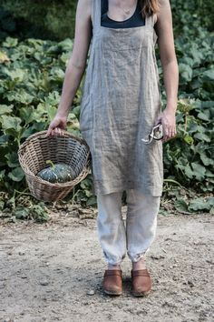 HOME & GARDEN: 70 inspirations tendance lin :: linen garden apron - The Dailys Fashion Mode, Fashion Tips, Farm Fashion, Modest Fashion, Apostolic Fashion, Fashion Articles, Modest Clothing, Fashion Hair, 70s Fashion