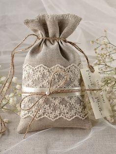 Rustique toile Wedding Favor sac dentelle par Plus Burlap Crafts, Fabric Crafts, Sewing Crafts, Diy And Crafts, Sewing Projects, Rustic Crafts, Burlap Wedding Favors, Wedding Favor Bags, Wedding Gifts