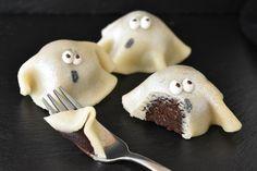 Halloween er over os :-) Og uhygge kan bestemt også være hyggeligt, især med alle de skøre, skræmmende og søde kager der laves rundt omkring, mit kage-hjerte elsker det. Disse små søde spøgelser er… Halloween Cookies, Halloween Treats, Halloween Party, Recipes From Heaven, Dessert Recipes, Desserts, Cake Creations, Cakes And More, Let Them Eat Cake