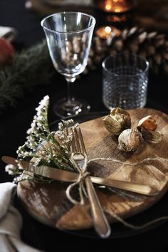 Do you prefer a rustic look? You can use simple linen tea towels as napkins: tie them in a loose knot and place them next to the plates. For the cutlery, attach a dried flower twig with a piece of hemp string and then place the cutlery decoratively on the wooden board. #myIKEA #xmas #tablesetting #rustic #cosy #style #plates #cutlery #home #natural #decoration #interior #christmasdecor #Weihnachten #Weihnachtsdekoration #Tischdeko #Tisch #decken #rustikal #gemütlich #Winter Christmas Table Settings, Christmas Decorations, Winter Christmas, Christmas Time, Alpine Style, Xmas Dinner, Winter House, Deco Table, Decoration Table