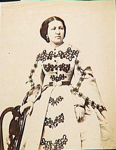 Claire Salles debout, en pied Nadar (atelier de) (1871-1939) 1859 Soutache Pattern, Civil War Fashion, Civil War Dress, Hoop Skirt, Old Images, Grand Palais, Costume, American Civil War, Fashion Details
