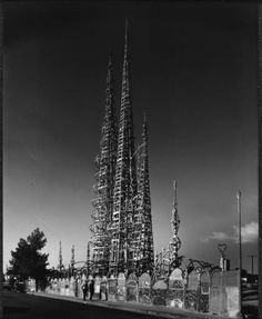 Simon Rodia Towers (Watts Towers) in Los Angeles, 1967 Julius Shulman (seen this in person years ago) California Surf, Los Angeles California, California Style, Southern California, Watts Towers, Living In Arizona, Architectural Photographers, Land Art, Aesthetic Wallpapers
