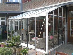 Ook onder het balkon kunnen wij een tuinkamer bouwen. Stuur de gewenste maten en wij sturen u een vrijblijvend voorstel.