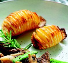 Schil de aardappels en snij er aan de onderkant een klein plakje af, zodat ze op een snijplank vlak blijven liggen. Snij er met een scherp mes voorzichtig kleine plakjes in, maar niet helemaal doorsnijden tot de bodem. Doe tussen de schijfjes wat olijfolie of kruidenboter. Bestrooi met peper en zout. • Viva airfryer & Avance airfryer XL: 20 min. op 190 °C
