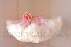 Pettiskirt Vintage rosa marfil con flor por por cheekychicbaby
