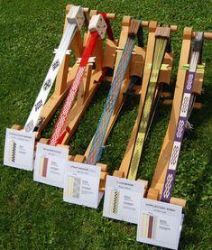 MODERNE MUSTER – Brettchenweben – Kunst und Handwerk Texture, Wood, Crafts, Modern Patterns, Arts And Crafts, Linen Fabric, Threading, Crafting, Surface Finish